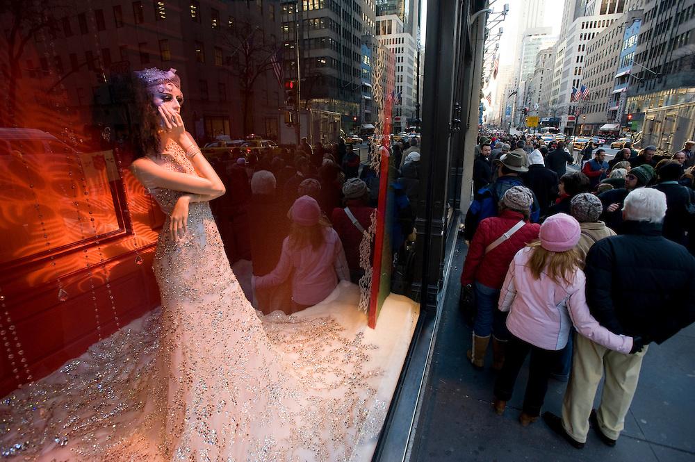 USA New York City Manhattan Saks Fifth Avenue Shopping Mode Strassenszene Weihnachtsdekoration Schaufenster Reflektion Weihnachtsgeschaeft Weihnachten Wirtschaft Handel Stadtansicht Konsum einkaufen Amerika.