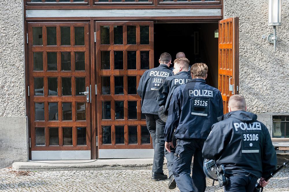 Deutschland, Berlin - 28.09.2017<br /> <br /> Polizisten gehen durch einen Seiteneingang in das Theater. Das Theater wurde nach der Besetzung der K&uuml;nstler durch die Polizei ger&auml;umt. Nachdem der Intendant gegen die restlichen verbliebenen Besetzer Anzeige erstattet hat begann die Polizei diese nach der Erkennungsdienstlichen Behandlung aus dem Theater heraus zu geleiten. <br /> <br />  Foto: Markus Heine<br /> <br /> ------------------------------<br /> <br /> Ver&ouml;ffentlichung nur mit Fotografennennung, sowie gegen Honorar und Belegexemplar.<br /> <br /> Bankverbindung:<br /> IBAN: DE65660908000004437497<br /> BIC CODE: GENODE61BBB<br /> Badische Beamten Bank Karlsruhe<br /> <br /> USt-IdNr: DE291853306<br /> <br /> Please note:<br /> All rights reserved! Don't publish without copyright!<br /> <br /> Stand: 09.2017<br /> <br /> ------------------------------