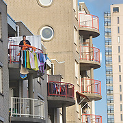 Nederland Giessen 24 September 2009 20090924 .Een vrouw hangt de was te drogen op droogrek op balkon in wijk kralinger esch.                              .A woman doing the laundry..Foto: David Rozing