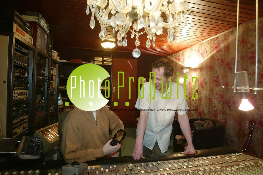 (MML) Edingen. Im Tonstudio. Dt. Huber. (Mannheimer Poplegende formiert sich nach 20 Jahren wieder) Peter Baltruschat (Gesang) und Michael Herzer (Bass). Mit dabei ist auch: Dr. Karl-Hans Endlich und Matthias Heyn, Andreas Pilder<br /> <br /> Bild: Markus Pro&szlig;witz