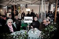 ROMA. MANIFESTANTI SEDUTI AL TAVOLO DI UN BAR NELLA VICINA PIAZZA DEL POPOLO IN OCCASIONE DELLA MANIFESTAXIONE CONTRO IL DECRETO SALVA LISTE DEL GOVERNO BERLUSCONI PER LE ELEZIONI REGIONALI 2010