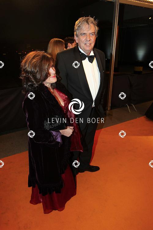 KATWIJK - Cees Veerman en zijn vrouw zaterdag op de oranje loper van de galapremiere van Soldaat van Oranje - de Musical in de Theater Hangaar op de oude vliegbasis Valkenburg bij Katwijk. FOTO LEVIN DEN BOER - PERSFOTO.NU