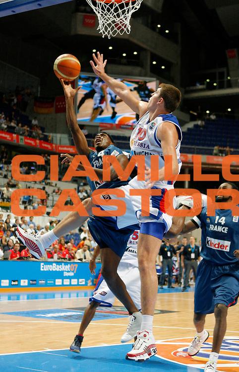DESCRIZIONE : Madrid Spagna Spain Eurobasket Men 2007 Quarter Final Quarti di Finale Russia France Russia Francia <br /> GIOCATORE : Joseph Gomis<br /> SQUADRA : Francia France<br /> EVENTO : Eurobasket Men 2007 Campionati Europei Uomini 2007 <br /> GARA : Russia France Russia Francia <br /> DATA : 13/09/2007 <br /> CATEGORIA : Tiro<br /> SPORT : Pallacanestro <br /> AUTORE : Ciamillo&amp;Castoria/T.Wiedensohler<br /> Galleria : Eurobasket Men 2007 <br /> Fotonotizia : Madrid Spagna Spain Eurobasket Men 2007 Quarter Final Quarti di Finale Russia France Russia Francia <br /> Predefinita :