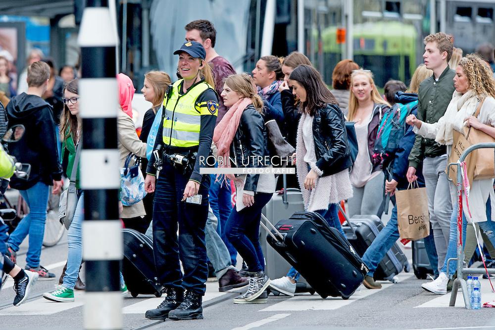 EIGEN amsterdam - politie op straat survieren , beveiliging , bewaken , agent agenten , aanslag , politie politieagent agent op straat bewaken beveiliging , security . politie agent agenten op straat politie agenten agent , Politie agenten surveilleren door het centrum van amsterdam  copyright robin utrecht