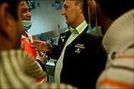 Un homme du Ministère des Affaires Etrangères en coopération avec des employés de l'aéroport de Djerba organise sur place le rapatriement des réfugiés par avions. La France (en coopération avec l'armée Tunisienne) organise sur place un ballet aérien reliant la ville de Djerba et celle du Caire. Aéroport de Djerba le 5 mars 2011. © Benjamin Girette/IP3 press