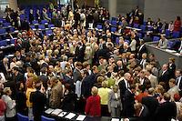 01 JUL 2005, BERLIN/GERMANY:<br /> Uebersicht Plenum, waehrend der namentlichen Abstimmung zur Vertrauensfrage des Bundeskanzlers, Bundestagsdebatte zum Antrag des Bundeskanzlers gem. Artikel 68 Grundgesetz, Deutscher Bundestag<br /> IMAGE: 20050701-02-163<br /> KEYWORDS: Übersicht