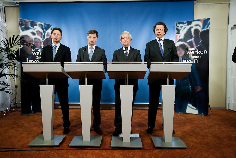 Nederland. Den Haag, 30 november 2007.<br /> Ministers Maxime Verhagen (l., Buitenlandse Zaken), Jan Peter Balkenende (2e v.l., Algemene Zaken), Eimert van Middelkoop (2e v.r., Defensie) en Bert Koenders (r.,)Ontwikkelingssamenwerking) beleggen een persconferentie om de Nederlandse bijdrage aan de ISAF-missie in Uruzgan toe te lichten.. Vandaag besloot het kabinet tijdens de ministerraad de missie in Uruzgan uiterlijk tot 2010 te verlengen.<br /> Foto Martijn Beekman <br /> NIET VOOR TROUW, AD, TELEGRAAF, NRC EN HET PAROOL