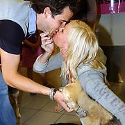NLD/Amsterdam/20050702 - Bridget Maasland terug uit Bukarest met zwerfhonden die afgemaakt zouden worden, samen met partner Pepijn