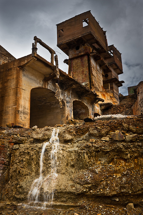 At the S.Domingos Mines, in the area called Achada do Gamo, the ruins of the abandoned mining complex give a surreal, almost post-apocalypthic feel to the place
