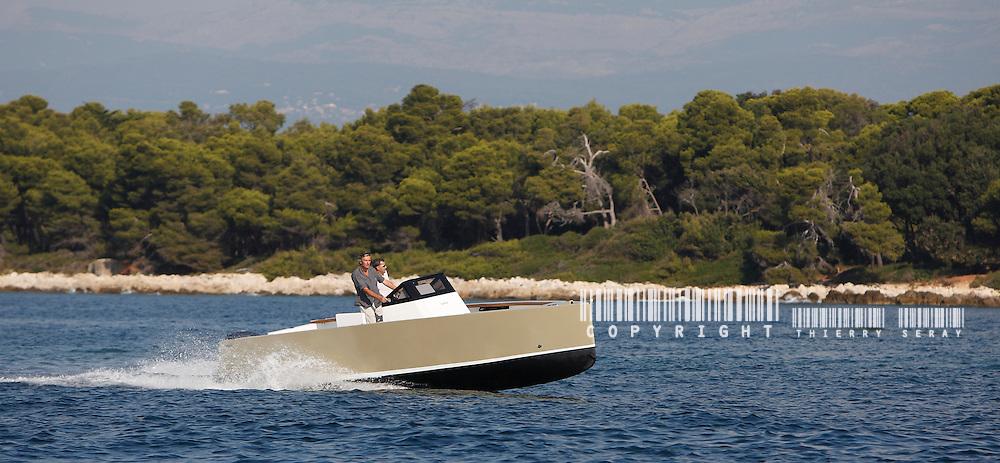 Smartboat 23. New powerboat generation. Less Power, less wave, less noise, less fuel, more respect