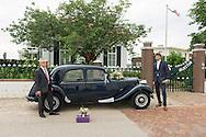 Nederland, Nijmegen, 20160708.<br /> Klaar voor de trouwpartij! De auto , een oude Citroen is versierd met witte vaantjes en een bloemstuk. <br /> Het cadeau voor de wederhelft staat nog op de grond voor de auto.<br /> Bij de witgepleisterde villa &quot;Vahali Adjectum&quot; (Latijns voor 'gelegen aan de Waal') met smeedijzeren hekwerk. Een Nederlandse vaan wappert aan een vlaggenmast.<br /> <br /> Netherlands, Nijmegen<br /> Ready for the wedding! The old lemon is decorated with white flags and a floral arrangement.<br /> The gift for the other half is still on the ground in front of the car.<br /> At the whitewashed villa &quot;Vahali Adjectum&quot; (Latin for 'located on the Waal) with wrought iron fencing. A Dutch flag flies on a flagpole.