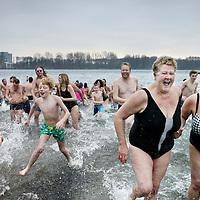 Nederland, Amsterdam , 1 januari 2015.<br /> Nieuwjaarsduik in de Sloterplas.<br /> De nieuwjaarsduik in de Sloterplas heeft voor de 7e keer plaatsgevonden.<br /> <br /> Foto:Jean-Pierre Jans