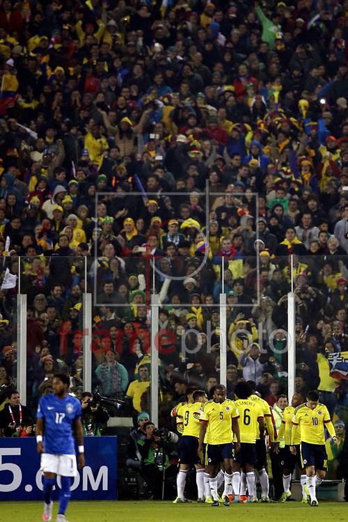 Jogadores da Colombia comemoram primeiro gol durante partida entre Brasil x Colombia  no  Estádio Monumental David Arellano , na cidade de Santiago, no Chile, válida pela fase de grupos da Copa América 2015 do Chile. Foto ALAN MORICI/FRAME