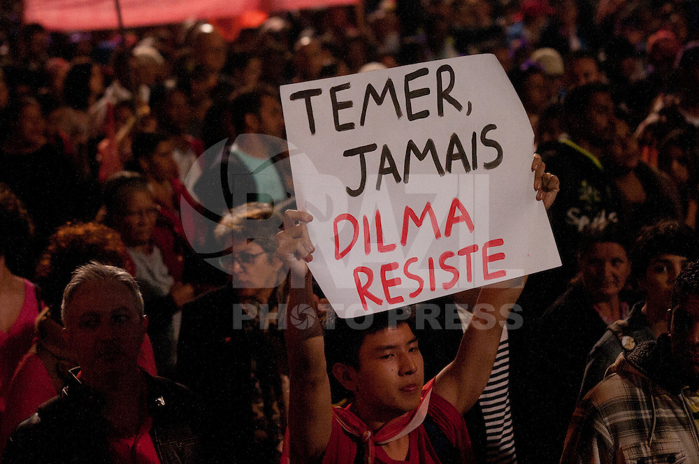 SÃO PAULO, SP, 12.05.2016 - PROTESTO-SP - Manifestantes ligados aos Movimento dos Trabalhadores Sem-Teto (MTST) realizam uma manifestação contra o impeachment e o presidente da República em exercício, Michel Temer, na Avenida Paulista, em São Paulo, nesta quinta-feira. (Foto: Gabriel Soares/Brazil Photo Press)