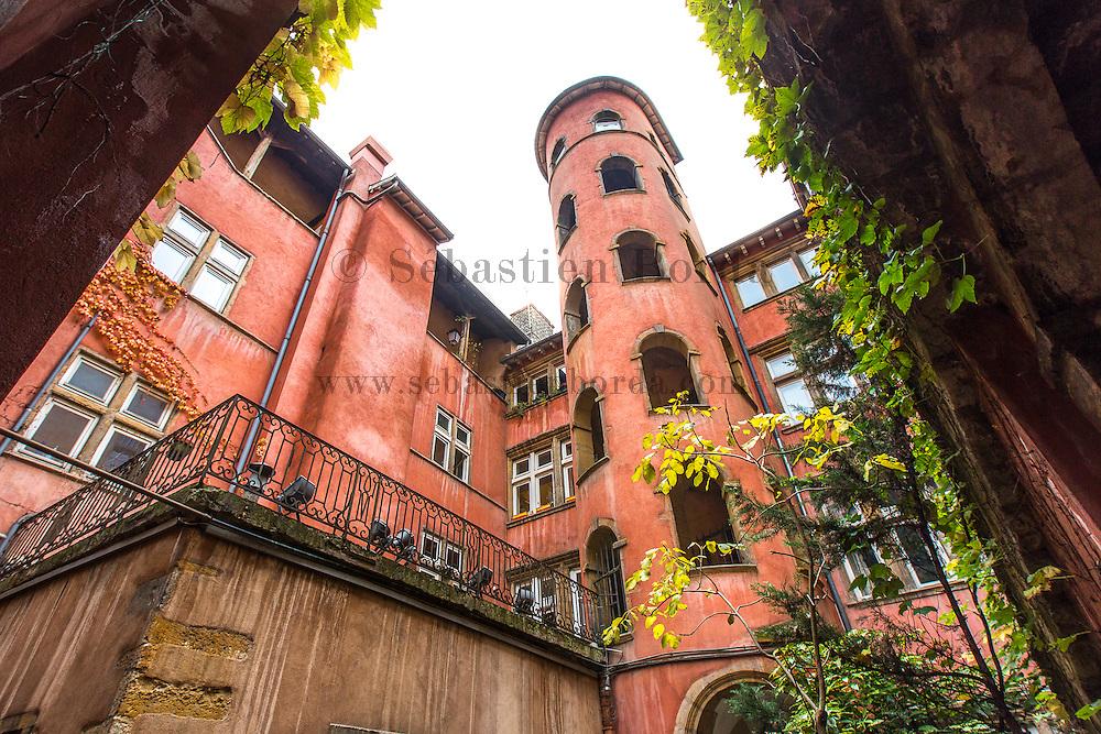 La tour rose du quartier du vieux Lyon // Rose Tower from Vieux Lyon area