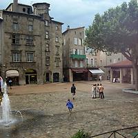 EN> The main square in the old town of Aubenas, France |<br /> SP> La plaza principal de la ciudad de Aubenas, Francia