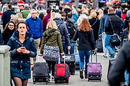 toeristen in amsterdam  In een jaar tijd is het gebruik van Airbnb in Amsterdam met 125 procent gegroeid. Er werden vorig jaar in totaal bijna 1,7 miljoen overnachtingen in de hoofdstad geboekt via de site. Gemeente Amsterdam: meldplicht bij Airbnb-verhuur<br /> Mensen die hun woning willen verhuren via Airbnb in Amsterdam moeten dat binnenkort melden bij de gemeente. Doen zij dat niet dan volgen boetes. copyright jepser drenth