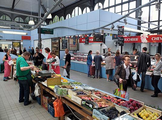 Frankrijk, Lille, 18-8-2013Lille ligt in een sterk de verarmde regio noordwest. Het is de hoofdstad van Frans Vlaanderen, van de regio Nord Pas de Calais en van het Noorder departement. Op de markt in Wazemmes. Overdekte markthal.  Een smeltkroes van culturen en bevolkingsgrtoepen, waarbij de noord afrikanen , moslims, de sterk vertegenwoordigd zijn.multiculti,multi,cultureel,moslim,islamieten,groente,fruit,Foto: Flip Franssen/Hollandse Hoogte