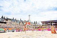 DEN HAAG - Poulewedstrijd Meppelink/van Iersel tegen Mashkova / Tsimbalova , Beachvolleybal , WK Beach Volleyball 2015 , 26-06-2015 , Stadion overzicht bij de service van Marleen van Iersel