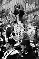 I riti della Settimana Santa a Taranto, Addolorata in Processione accompagnata dai Carabinieri in alta uniforme.