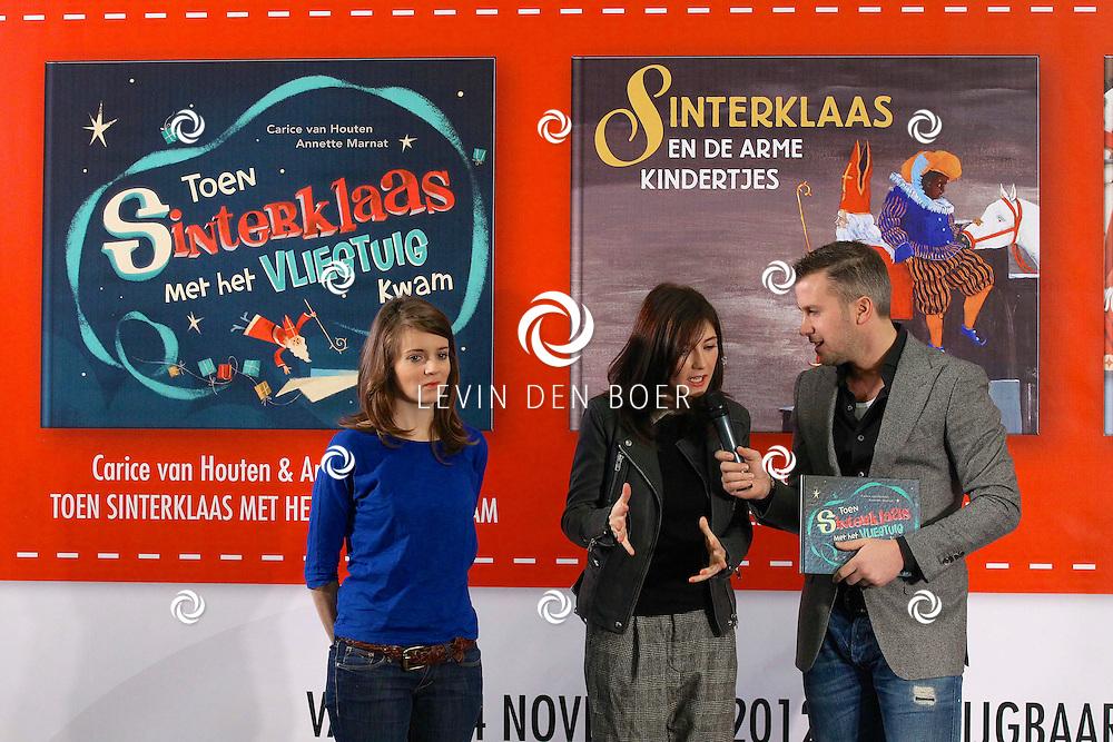 AMSTERDAM - In de Openbare Bibliotheek zijn de nieuwe Sinterklaasboeken gepresenteerd door Douwe Egberts. Met op de foto Winston Gerschtanowitz, Carice van Houten en Annette Marnat. FOTO LEVIN DEN BOER - PERSFOTO.NU