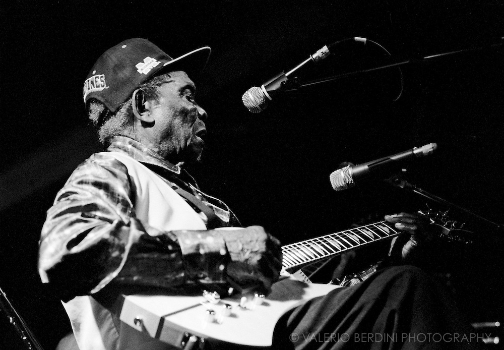 "David ""Honeyboy"" Edwards playing live at the Spitz in London on 18 August 2007"