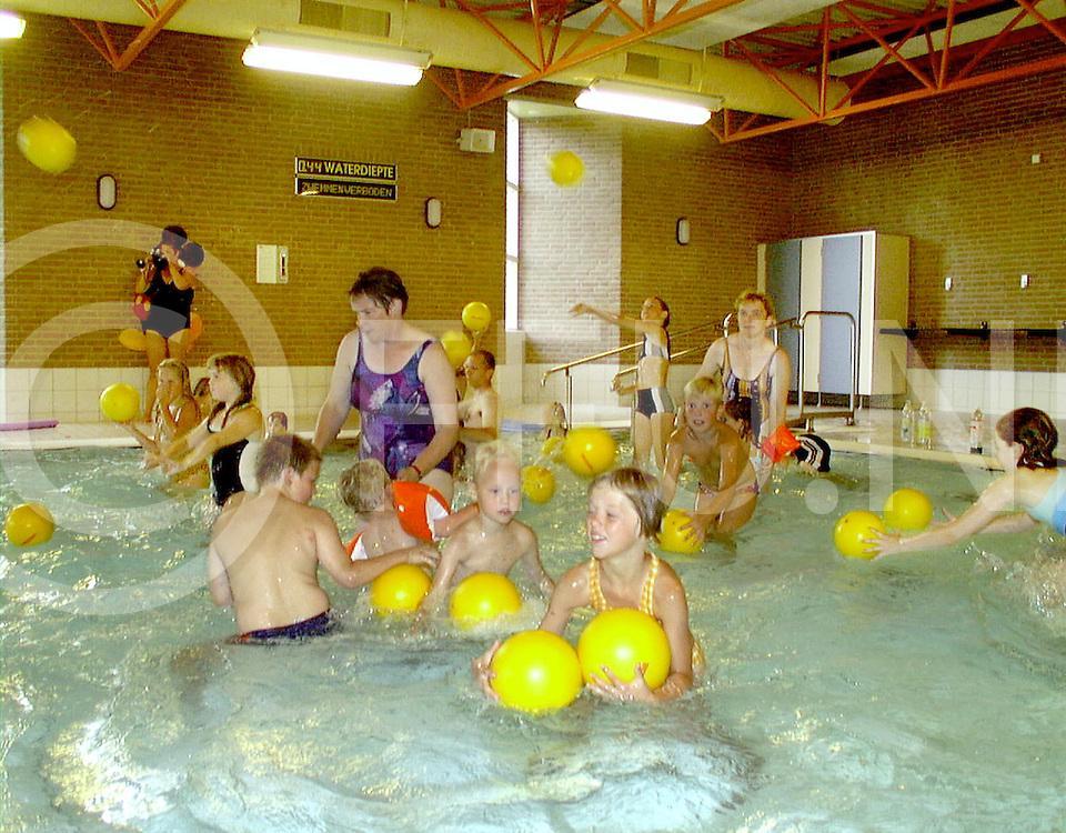 Fotografie Uijlenbroek©1999/Frank Uijlenbroek.990810 raalte ned.fu990810.01.sa1.zemsportactiviteirten in zwembad tijenraan op foto de jonsgten zonder diploam met een balspel