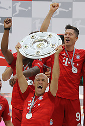 18.05.2019, Allianz Arena, Muenchen, GER, 1. FBL, FC Bayern Muenchen vs Eintracht Frankfurt, 34. Runde, Meisterfeier nach Spielende, im Bild Arjen Robben hält die Meisterschale hoch, dahinter Robert Lewandowski // during the celebration after winning the championship of German Bundesliga season 2018/2019. Allianz Arena in Munich, Germany on 2019/05/18. EXPA Pictures © 2019, PhotoCredit: EXPA/ SM<br /> <br /> *****ATTENTION - OUT of GER*****