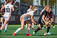 AMSTELVEEN -  Yibbi Jansen (OR) met Kitty van Male (A'dam)   tijdens de hoofdklasse competitiewedstrijd hockey dames,  Amsterdam-Oranje Rood (5-2). COPYRIGHT KOEN SUYK