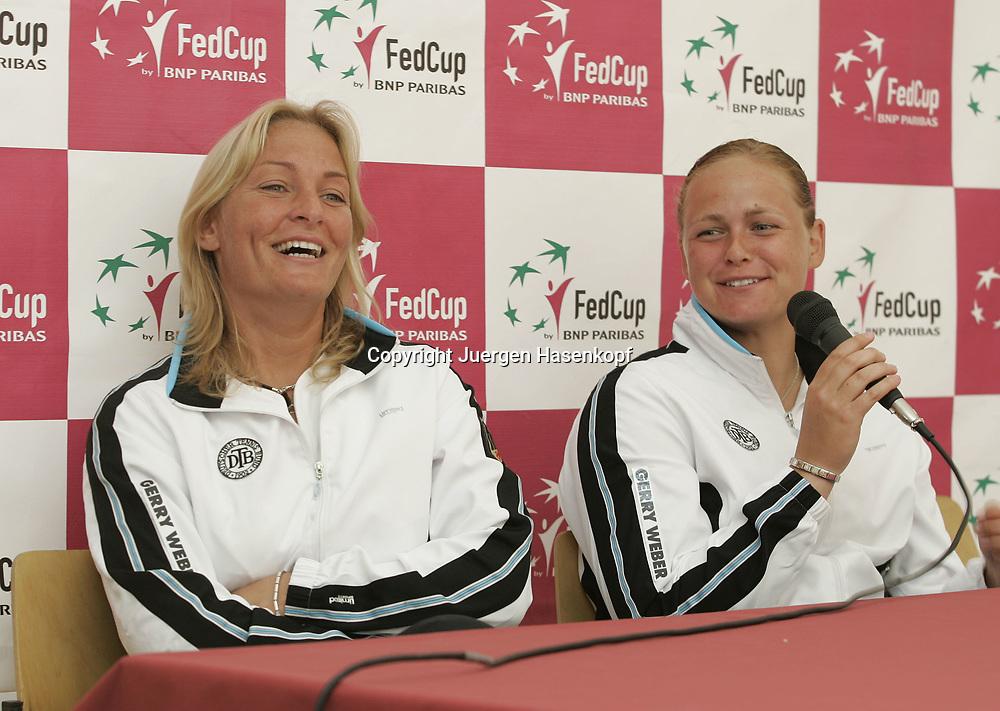 Fed Cup Germany - Croatia , ITF Damen Tennis Turnier in Fuerth, Wettbewerb der Mannschaft von Deutschland gegen Kroatien. Anna-Lena Groenefeld(GER) und Kapitaen Barbara Rittner amuesieren sich waehrend der Pressekonferenz,<br />lachen,Spass.<br />Foto: Juergen Hasenkopf<br />B a n k v e r b.  S S P K  M u e n ch e n, <br />BLZ. 70150000, Kto. 10-210359,<br />+++ Veroeffentlichung nur gegen Honorar nach MFM,<br />Namensnennung und Belegexemplar. Inhaltsveraendernde Manipulation des Fotos nur nach ausdruecklicher Genehmigung durch den Fotografen.<br />Persoenlichkeitsrechte oder Model Release Vertraege der abgebildeten Personen sind nicht vorhanden.
