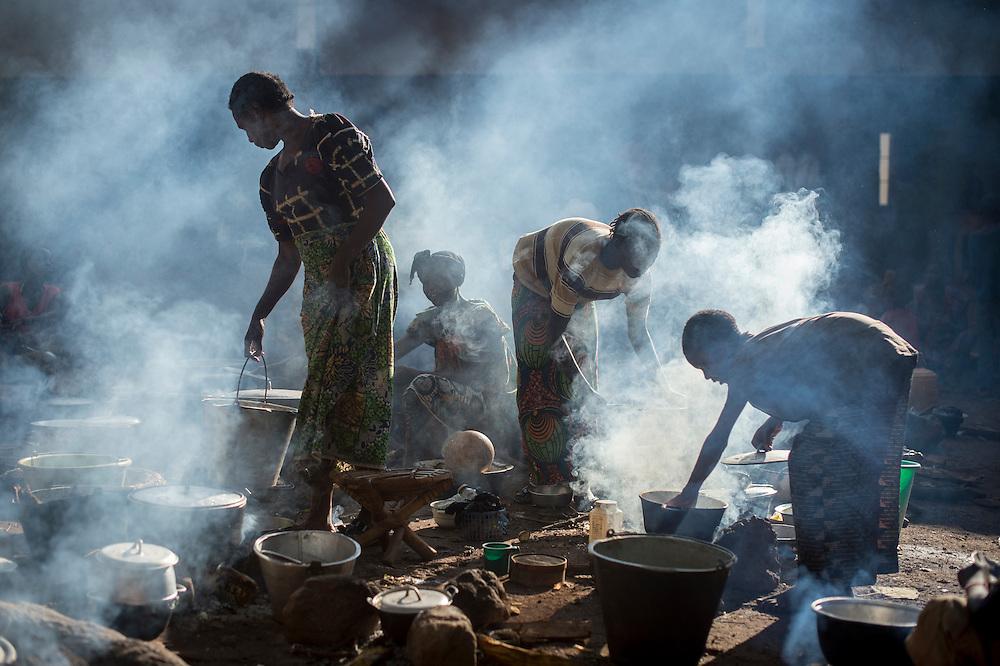 29/09/2013. Bossangoa. Republique Centrafricaine. Des femmes cuisinent à la tombée du soir au pied de l'évêché de Bossangoa qui accueille des milliers de réfugiés catholiques. ©Sylvain Cherkaoui/Cosmos