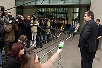 24 NOV 2003, BERLIN/GERMANY:<br /> Kurt Beck, SPD, Ministerpraesident Rheinland-Pfalz, beantwortet auf dem Weg zur Sitzung des SPD Praesidiums Fragen von Journalisten, Willy-Brandt-Haus<br /> IMAGE: 20031124-01-001.jpg<br /> KEYWORDS: Mikrofon, microphone, Kamera, Camera, Journalist