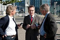 03 SEP 2010, BERLIN/GERMANY:<br /> Birgit Marschall (L), Redakteurin Rheinische Post, Thomas de Maiziere (M), CDU, Bundesinnenminister, und Dr. Gregor Mayntz (R), Redakteur Rheinische Post, Intervirew waehrend einem Spaziergang von der Bundespressekonferenz zum Bundesinnenministerium<br /> IMAGE: 20100903-01-020<br /> KEYWORDS: Thomas de Maizière