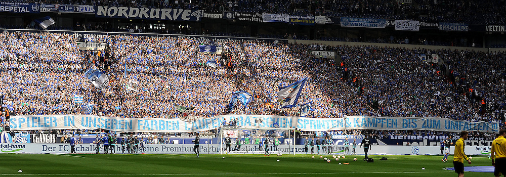 10.04.2016, Veltins Arena, Gelsenkirchen, GER, 1. FBL, Schalke 04 vs Borussia Dortmund, 29. Runde, im Bild Bnanner in der Schalker Nordkurve : Spieler in unseren Farben laufen, graetschen sprinten &amp; kaempfen bis zum umfallen !!! ( Schalke 04 ) // during the German Bundesliga 29th round match between Schalke 04 and Borussia Dortmund at the Veltins Arena in Gelsenkirchen, Germany on 2016/04/10. EXPA Pictures &copy; 2016, PhotoCredit: EXPA/ Eibner-Pressefoto/ Thienel<br /> <br /> *****ATTENTION - OUT of GER*****