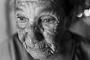 Comunidade Prata no distrito de Serra dos Araras no munic&iacute;pio Chapada Ga&uacute;cha em Minas Gerais. S&atilde;o quilombolas e veredeiros<br /> <br /> Fernanda Barbosa Ferreira, de 22 anos , com sua m&atilde;e Maria Barbosa Ferreira de 62 anos cuida com muito carinho da irm&atilde; Maria Geralda Barbosa Ferreira de 28 anos que teve paralisia infantil aos dois anos..Cuida do filho David Lucas de 3 anos. Nas f&eacute;rias escolares ainda cuida da sobrinha Ana Clara, de cinco anos.<br /> <br /> Festa de Reis &Eacute; muito popular entre os Veredeiros<br /> Come&ccedil;a dia 29 de dezembro quando sai a folia de Reis ,nos primeiros dias de janeiro tem visita e reza e cantorias nas casas da comunidade e dia 5 de Janeiro tem a festa na casa do imperador que &eacute; quem patrocina a festa que vai at&eacute; o dia 6 de Janeiro. Oferendas s&atilde;o feitas e quem as recebe &eacute; o Alferes.<br /> <br /> Comunidade Prata no distrito de Serra dos Araras no munic&iacute;pio Chapada Ga&uacute;cha em Minas Gerais<br /> <br /> .Os Veredeiros habitam os territ&oacute;rios ao longo dos cursos d&rsquo;&aacute;gua de forma dispersa. Existe, por&eacute;m, uma certa organiza&ccedil;&atilde;o e um padr&atilde;o de ocupa&ccedil;&atilde;o espacial que se constitui por unidades de agrupamento ou grupos rurais de vizinhan&ccedil;a, ligados pelo sentimento de localidade, por la&ccedil;os de parentesco, pelo trabalho e manejo da terra, por trocas e rela&ccedil;&otilde;es rec&iacute;procas. Geralmente, os nomes das localidades veredeiras s&atilde;o os mesmos dos rios que passam pelas comunidades. Nem sempre det&ecirc;m a posse da terra, sendo camponeses muitas vezes arrendat&aacute;rios. Os veredeiros entendem o trabalho como o legitimador da posse da terra, mas n&atilde;o de uma posse privada (j&aacute; que boa parte dessas terras &eacute; de uso comum). <br />  A categoria &ldquo;veredas&rdquo; frequentemente &eacute; referida a &aacute;reas &uacute;midas, de terreno argiloso e sob do