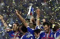 Fussball  International Europameisterschaft  2000 in Rotterdam 02.07.2000 Finale Frankreich  -  Italien  Frankreich jubelt mit EM-Pokal bei der Siegerehrung