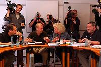 """04 JUL 2004, BERLIN/GERMANY:<br /> Klaus Ernst (Sprecher), 1. Bevollmaechtigter IG Metall Schweinfurt, Thomas Haendel (Sprecher) 1. Bevollmaechtigter IG Metall Fuerth, Sabine Loesing (Sprecherin) Mitglied des Attac-Rates, Axel Troost (Sprecher), Geschaeftsfuehrer Memorandum Gruppe - AG Altnernative Wirtschaftspolitik, (v.L.n.R.) , Sitzung des Bundesvorstands des Vereins """"Wahlalternative Arbeit & soziale Gerechtigkeit"""" nach dessen Gruendung und Wahl des Vorstandes, Dietrich-Bonhoefer-Haus<br /> IMAGE: 20040704-01-006<br /> KEYWORDS: Gründung, Thomas Händel, Sabine Lösing"""