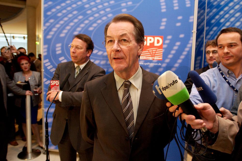 10 FEB 2004, BERLIN/GERMANY:<br /> Klaus Uwe Benneter (L), desig. SPD Generalsekretaer, und Franz Muentefering (R), SPD Fraktionsvorsitzender und desig. SPD Parteivorsitzender, geben ein Pressestatement vor Beginn der SPD Fraktionssitzung, Deutscher Bundestag<br /> IMAGE: 20040210-02-010<br /> KEYWORDS: Franz M&uuml;ntefering, Mikrofon, microphone