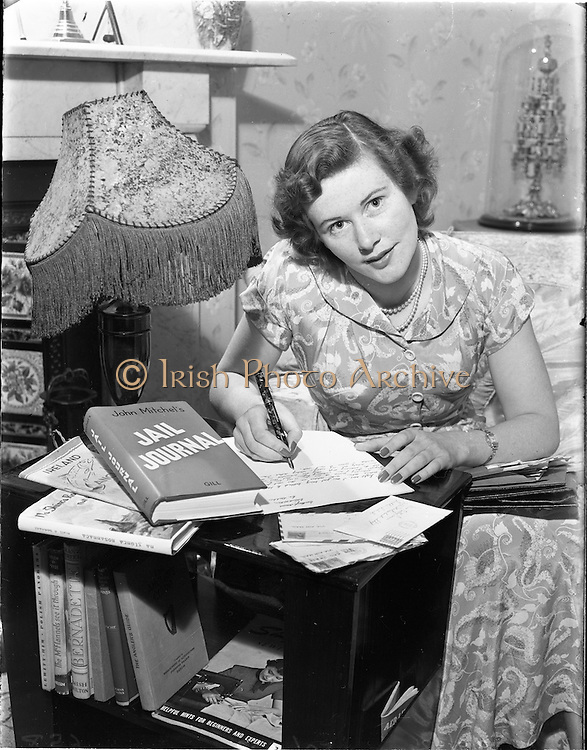 09/09/1952.09/09/1952.09 September 1952.Miss Betty Cronin, (model), Kill Co. Kildare, PenFriend feature.
