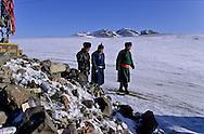 Mongolia. devotion on an  - OVO -   altan ovo       /  pour le nouvel an les familles se rendent visite, sur la route on sarrette devant chaque OVO (un lieu de prière chamaniste)  pour faire des offrandes  et quelques libations arrosées à la vodka altan Ovo