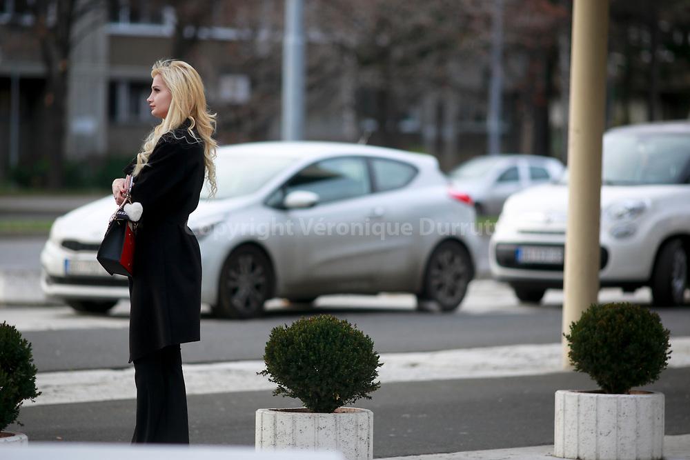 Jeune fille blonde davant l'Hotel Yugoslavia, Belgrade, Serbie // Belgrade, Serbia