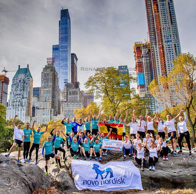 04-11-2017 USA: NYC Marathon We Run 2 Change Diabetes day 2, New York<br /> De gebruikelijk fotoschoot in Central Park / Team BvdGF-Novo_Ibis in Central Park
