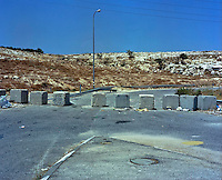 walls , fences , barricades , checkpoints, barriers on the road 443 between Jerusalem and Tel Aviv