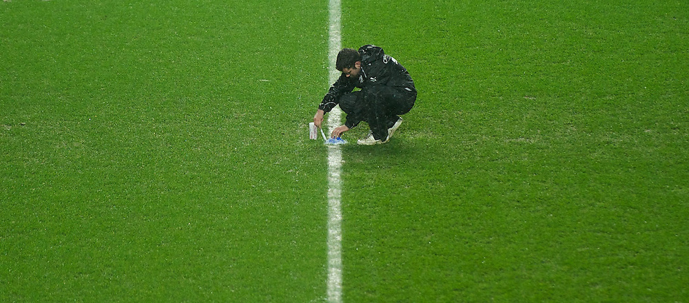 23.01.2013, Liberty Stadion, Swansea, ENG, League Cup, Swansea City vs FC Chelsea, Halbfinale, im Bild A groundsman marks out the lines at Swansea City's Liberty Stadium as snow falls before the Football League Cup Semi Final 2nd Leg match between Swansea City AFC and Chelsea FC at the Liberty Stadium, Swansea, Great Britain on 2013/01/23. EXPA Pictures © 2013, PhotoCredit: EXPA/ Propagandaphoto/ David Rawcliffe..***** ATTENTION - OUT OF ENG, GBR, UK *****