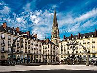 Le Voyage a Nantes 2017: Les Arbres qui revent, Place Royale<br /> Une ile au coeur de Nantes.<br /> Une ile de 350&thinsp;m2, accolee a la fontaine, d'aspect terre craquelee, sur laquelle des palmiers d'un autre temps surgissent, accueillant des silhouettes humaines blanches.