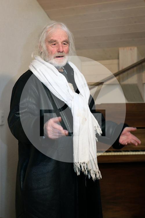 SCHWEIZ - STALLIKON - Ernst Sieber, bekannt als Pfarrer Sieber, spricht in der 'Puureheimat Brotchorb', am 20 Jahre-Jubiläum von Betriebsleiter Sepp Thalmann - 01. März 2010 © Raphael Hünerfauth - http://huenerfauth.ch