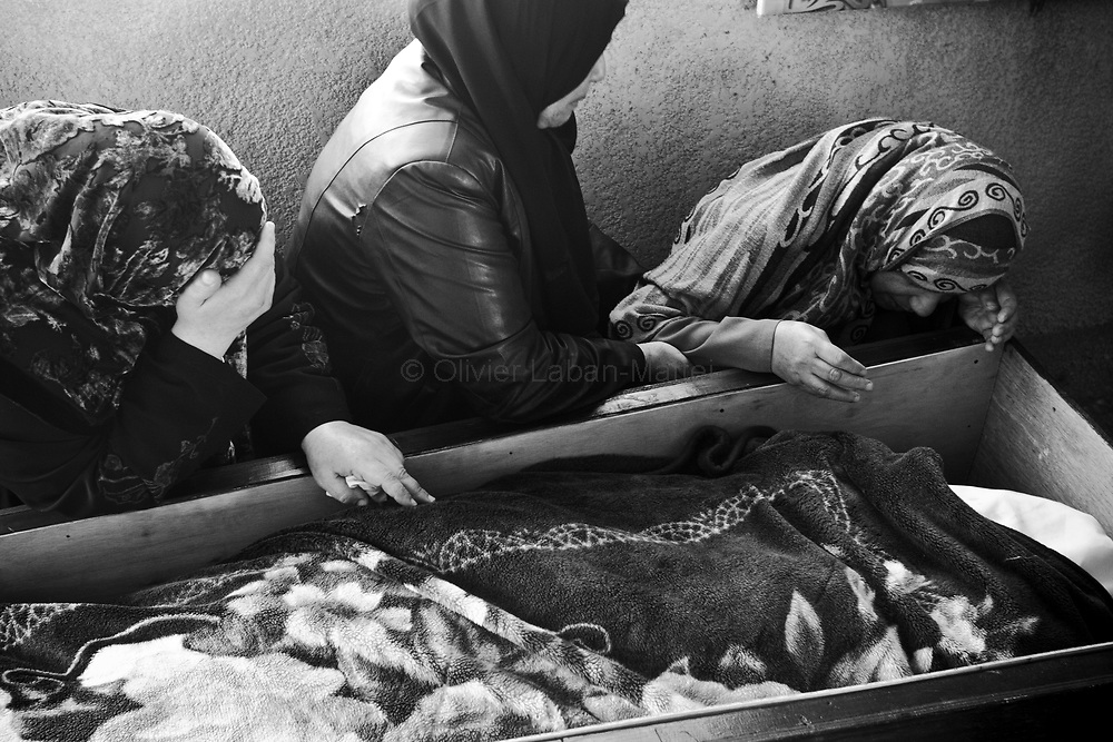 La mère de Whalid Zidane (34 ans, chauffeur de taxi et combattant rebelle tué le 31 mars 2011 sur la ligne de front entre Aj Dabiya et Brega) pleure devant le corps de son fils, peu avant les funérailles dans la ville de Koueffia, dans la banlieue de Benghasi.