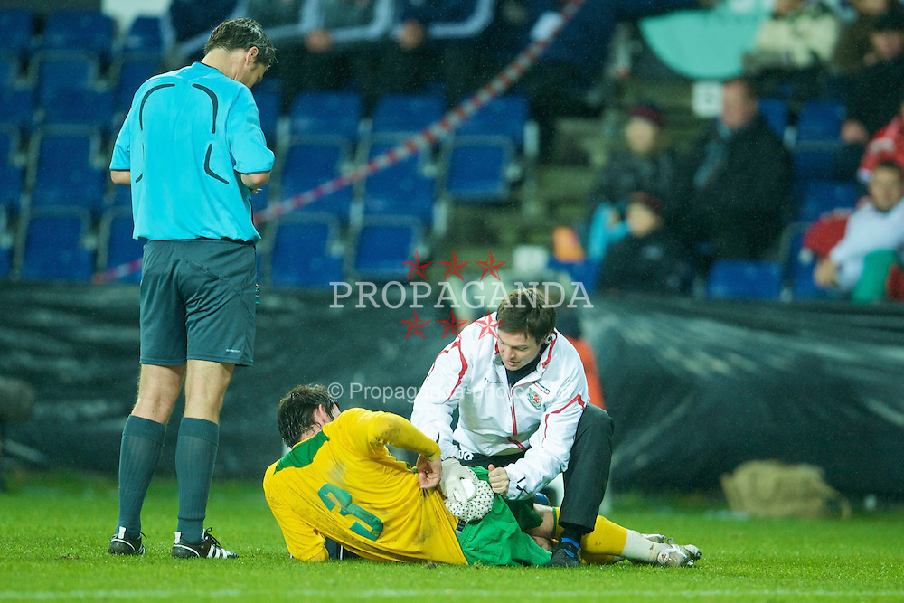 COPENHAGEN, DENMARK - Wednesday, November 19, 2008: Wales' Gareth Bale receives treatment from physiotherapist Dyfri Owen during the international friendly match at the Brøndby Stadium. (Photo by David Rawcliffe/Propaganda)