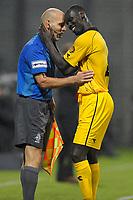 rotterdam , voetbal , football , eredivisie , roda  , excelsior , 02-10-2010 , seizoen 2010 - 2011, woudestein , de knuffel van pa kah met de assistent scheidsrechter