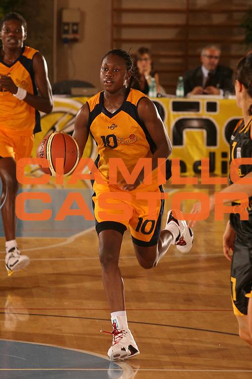 DESCRIZIONE : Cagliari Lega A1 Femminile 2006-07 Prima Giornata San Raffaele Basket Roma Cvz Basket Cavezzo <br /> GIOCATORE : Baker Sherill <br /> SQUADRA : San Raffaele Basket Roma <br /> EVENTO : Campionato Lega A1 2006-2007 Prima Giornata San Raffaele Basket Roma Cvz Basket Cavezzo <br /> GARA : San Raffaele Basket Roma Cvz Basket Cavezzo <br /> DATA : 07/10/2006 <br /> CATEGORIA : Palleggio <br /> SPORT : Pallacanestro <br /> AUTORE : Agenzia Ciamillo-Castoria/S.D'Errico